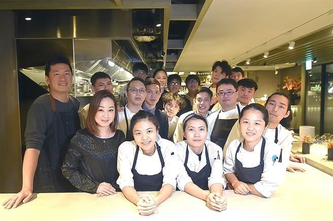 台北米其林一星餐廳〈impromptu〉的內外場團隊成員,分工合作、默契十足,為客人傳遞美好用餐體驗。(圖/姚舜)
