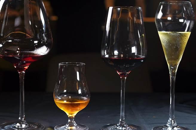 在〈impromptu〉用餐可以侍酒師精選的紅白酒佐餐,一套6杯1580元。(圖/姚舜)