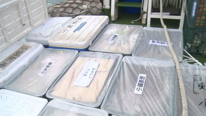 受到這波強勁東北季風影響,台東蘭嶼己經12天停航,造成島上物資出現短缺,縣府一早緊急協調海巡載運物資,解決燃眉之急。(蔡旻妤攝)