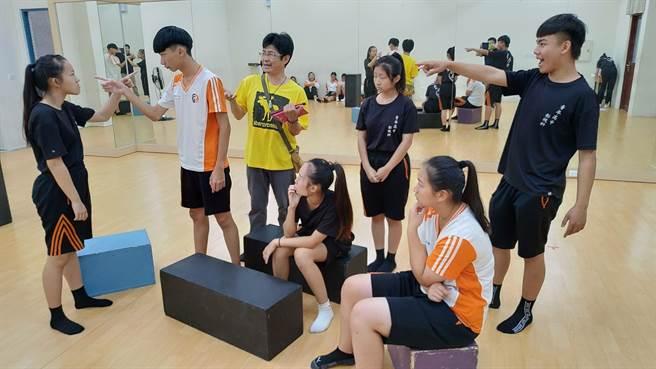 初賽劇目由師生共同創作、練習,考驗參與學生團隊合作精神。(台中市教育局提供/陳淑娥台中傳真)