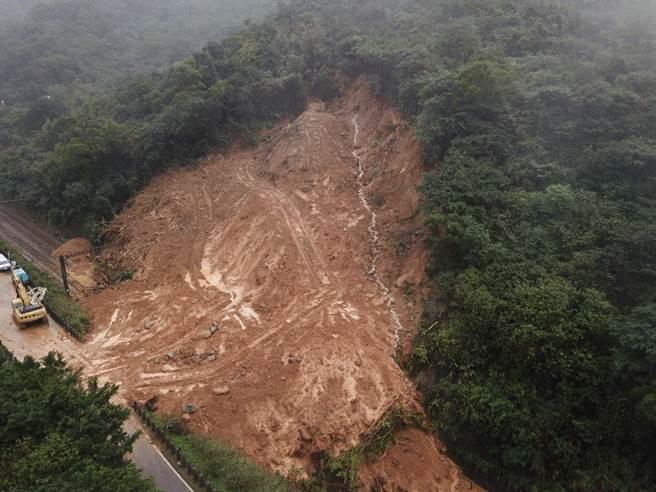 台鐵瑞芳至猴硐段4日發生大規模走山。(台鐵提供)