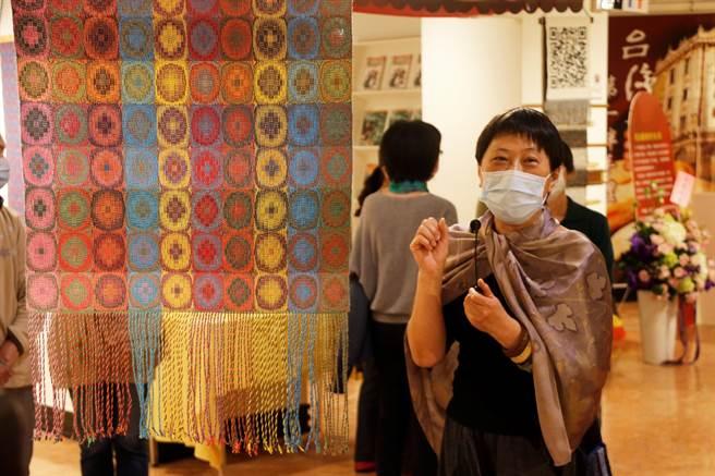 陳如萍「色彩.遊」手織創作,玩出色彩新高度。(裕珍馨文化基金會提供/陳淑娥台中傳真)