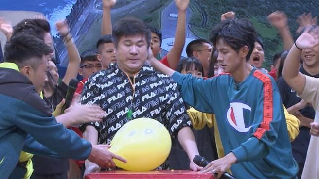 阿翔(右)壓胡瓜(中)的頭撞氣球。(圖/民視提供)