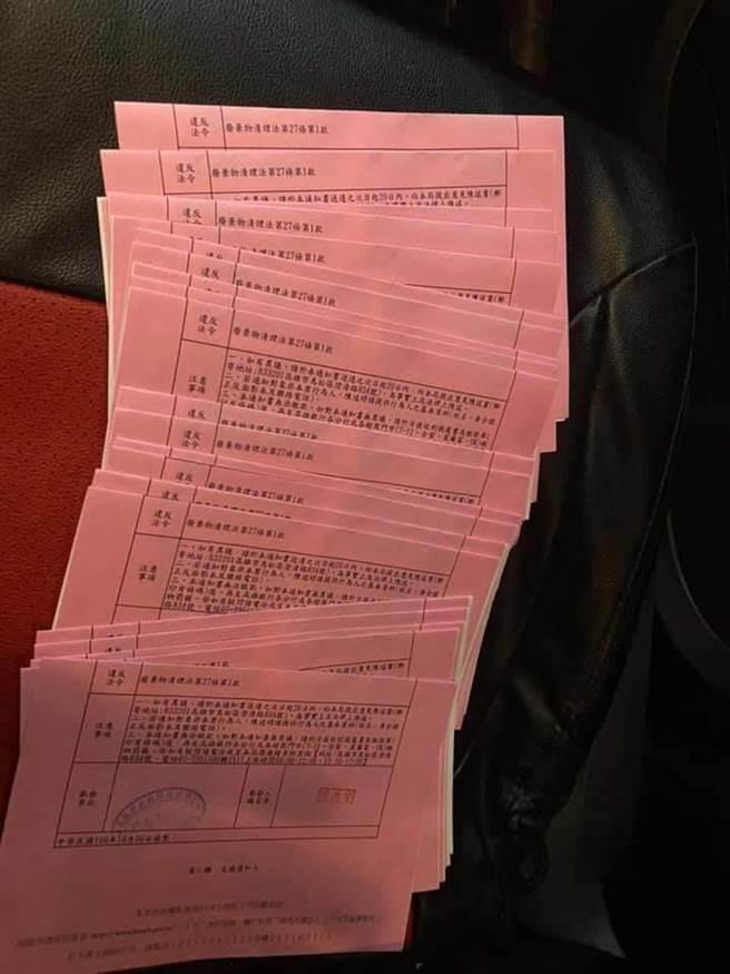 民眾2小時丟22根菸蒂,挨罰2萬6400元。(摘自臉書)