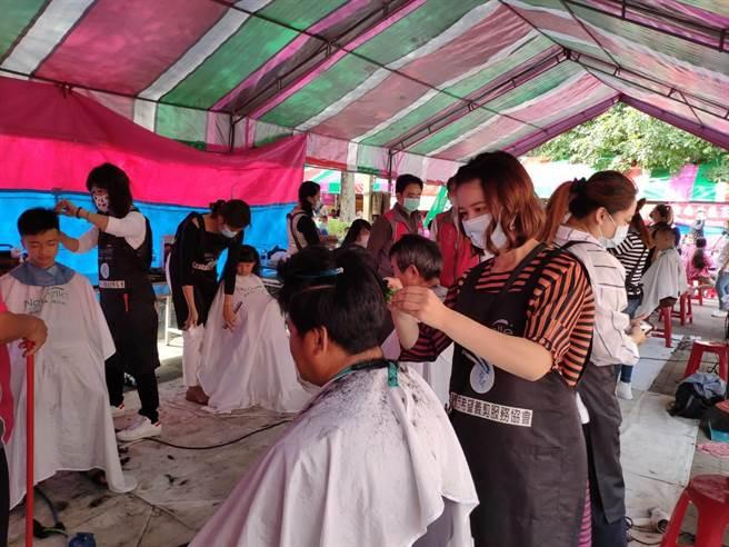 北台南家扶舉辦歲末活動,不少公司團體提供公益服務。(莊曜聰攝)