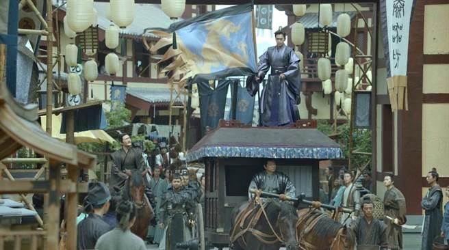 張若昀《慶餘年》帥氣插旗。(中視提供)