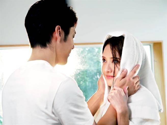 李宣榕和胡宇威在〈好好〉MV中,展開浪漫唯美愛情故事。(福茂唱片提供)