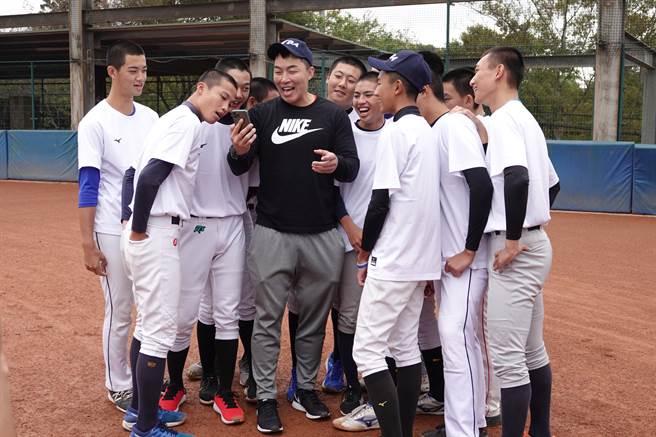 郭泓志(中)與敗隊學員一起進行懲罰,高唱周杰倫的「告白氣球」。(毛琬婷攝)