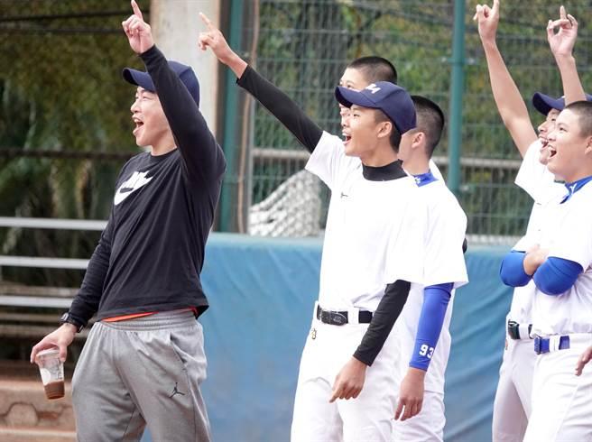 郭泓志(左)與學員一起進行打擊分組對抗賽。(毛琬婷攝)
