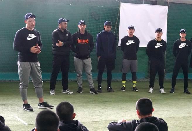 郭泓志與玉山投捕訓練營教練團。(毛琬婷攝)