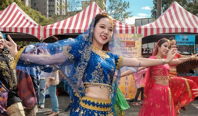 新竹縣國際移民日嘉年華會,移民署新竹縣服務站移民官跳「寶來塢」舞蹈,手勢變化萬千,美不勝收。(羅浚濱攝)