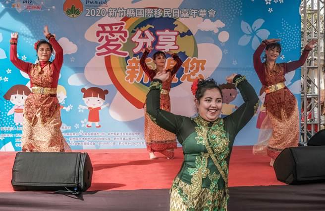 新竹縣國際移民日嘉年華會,印尼外配穿傳統服裝跳印尼舞。(羅浚濱攝)