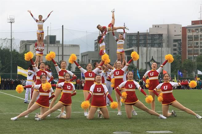 校慶活動由體育系競技啦啦隊做高難度的演出。(輔仁大學提供/李俊淇新北傳真)