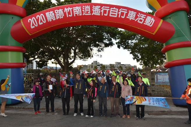 竹南鎮長方進興與多位民代6日清晨一起主持自行車輕旅活動。(竹南鎮公所提供/謝明俊苗栗傳真)