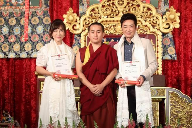 龍千玉(左)、羅文聰(右)今為活動獻唱。(中華大金錫慈善佛協會提供)