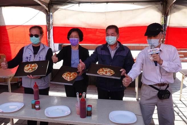彰化縣長王惠美(中)、彰化區漁會總幹事陳諸讚(左)現場示範體驗烏魚子披薩製作。(謝瓊雲攝)