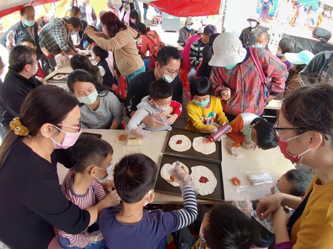 烏魚子披薩DIY吸引滿滿的親子踴躍報名參與。(謝瓊雲攝)