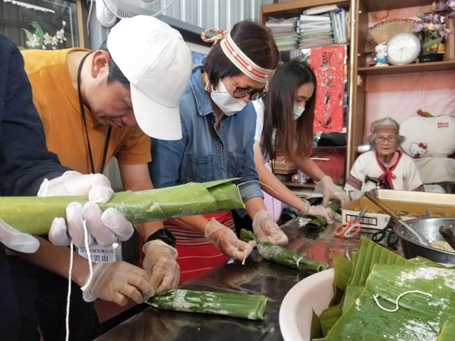 「泰好玩獵人體驗營」帶領遊客製作泰雅族人的香蕉飯。(陳淑娥攝)