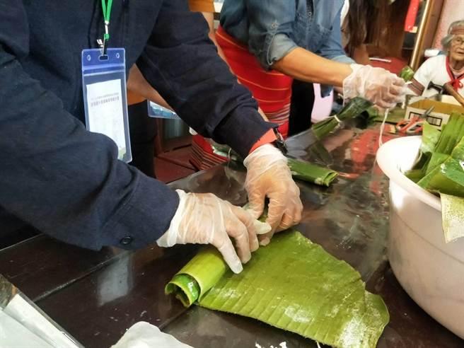 「泰好玩獵人體驗營」帶領遊客製作部落香蕉飯。(陳淑娥攝)