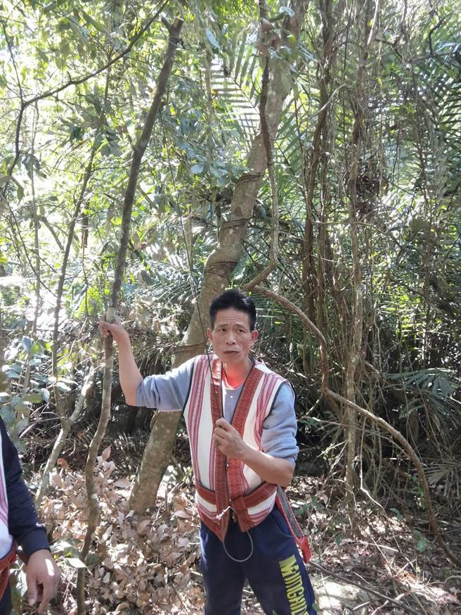 「獵人步道尋蹤」帶領遊客了解如何設置陷阱及動物足跡介紹,體驗一日泰雅獵人。(陳淑娥攝)