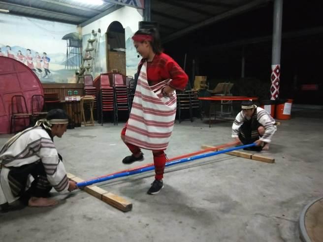 泰式晚會有許多原住民精彩表演。(陳淑娥攝)