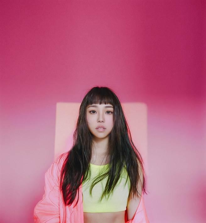 艾薇近日推出新單曲〈失重前幸福〉。(環球提供)