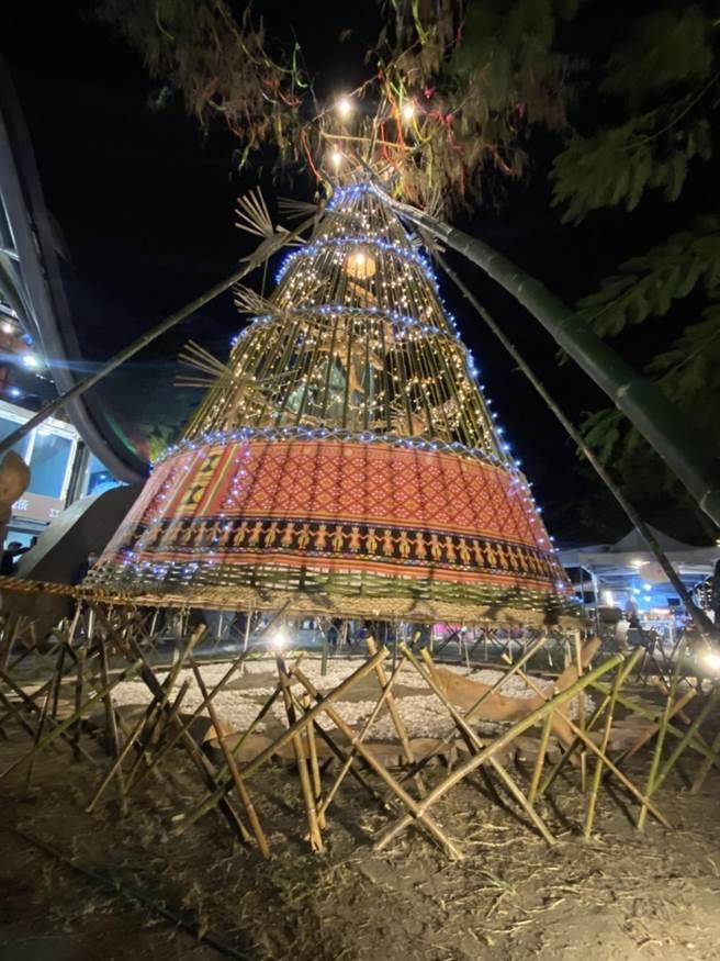 耶誕樹結合鞦韆擺盪,民眾可透過拉繩牽動裝置發出聲響,祈福許願,遊客大讚這是看過最有創意又原味十足的耶誕樹。(蔡旻妤攝)