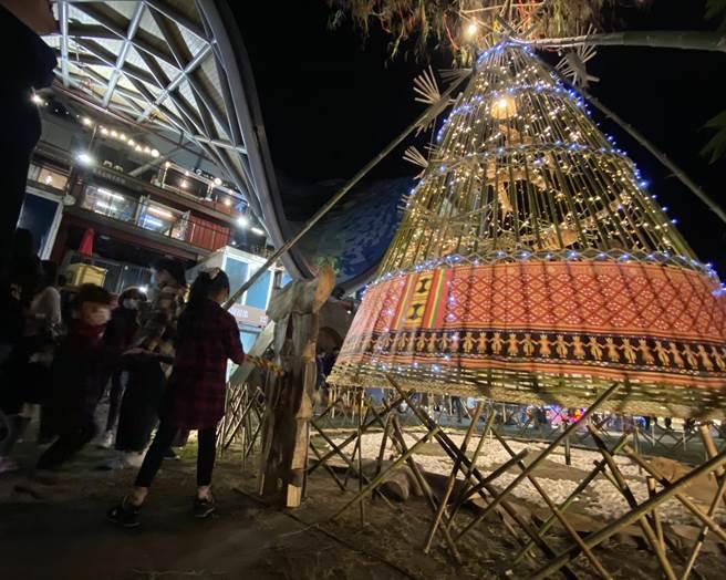 耶誕節將近,台東工藝家以原民傳統漁具「魚荃」為意象打造創意擺盪耶誕樹,大小朋友都想體驗如何拉起這個超大耶誕鈴噹。(蔡旻妤攝)