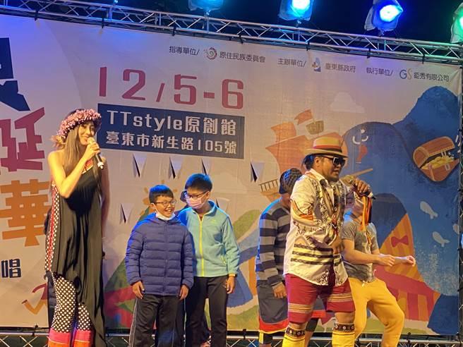 耶誕節將近,縣府5日晚間在TTstyle原創館舉行點亮主燈儀式,舞台上「原力開唱」為一系列活動揭開序幕。(蔡旻妤攝)