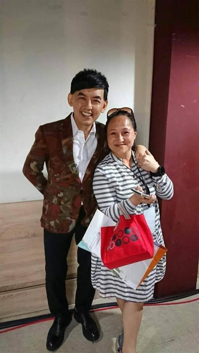 黃子佼(左)與王秀娟開心同框。(創藝多腦河提供)