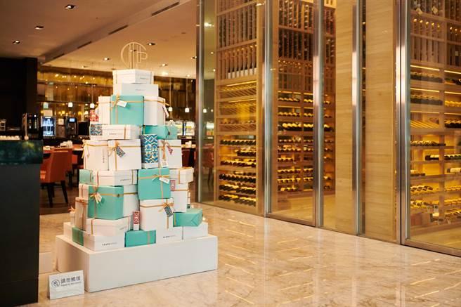 台北寒舍艾美酒店和CLAUS PORTO合作打造的聖誕樹,聖誕節期間於飯店一樓展出。(圖/品牌提供)