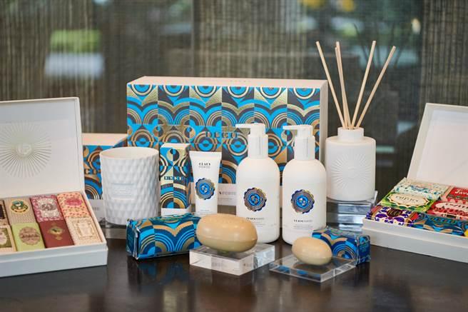 在擴香與香氛蠟燭系列中,DECO幾何森林香氛更是2020年CLAUS PORTO聖誕香氛主推首選,精緻包裝上的藍色和金色幾何線條,象徵葡萄牙自然、舒服的明亮氣息,清新的萊姆散發出幸福的果香與大自然的芬多精,豐盛滋養了整個心靈。(圖/品牌提供)