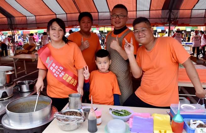 嘉義家扶中心6日舉辦關懷兒童少年愛心園遊會,自強家庭代表徐慧萍(左一)一家人也到場擺攤賣麵線。(呂妍庭攝)