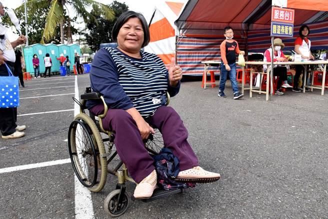 嘉義家扶中心6日舉辦關懷兒童少年愛心園遊會,自強家庭代表之一的羅富美患有小兒麻痺,丈夫過世後一肩扛起子女照顧與家計重擔。(呂妍庭攝)