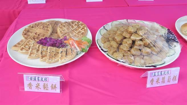 竹塘農會研發推出各種米食產品,家政班媽媽也秀手藝,製成米餐包、米鬆餅、香米餅乾等。(謝瓊雲攝)