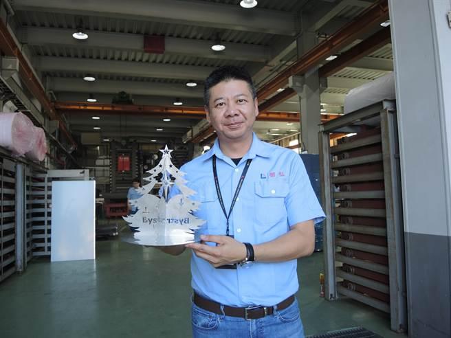 有半導體設備廠商將餘料重新設計,變成應景的鋼鐵耶誕樹,造型冷冽有質感。(邱立雅攝)