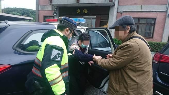 新北市金山警分局警員協助婦人返家。(金山警分局提供)