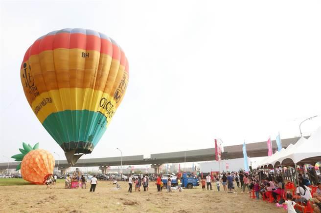 隆大也趁假日舉辦熱氣球嘉年華等特色活動,吸引上千位親子及民眾擠爆案場。(柯宗緯攝)