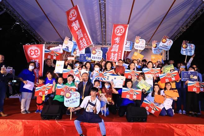 第12屆台中市十大伴手禮首獎名單6日揭曉,市長盧秀燕親自到場頒獎表揚得獎業者。(盧金足攝)