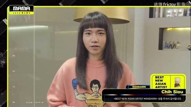 持修獲得MAMA亞洲新人獎。(圖/翻攝自Mnet)