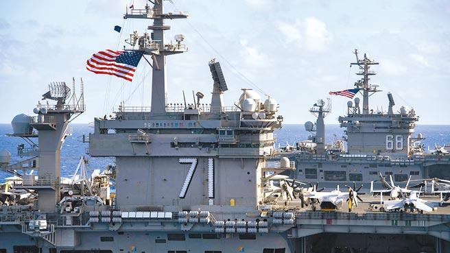 美軍重啟「第一艦隊」計畫的行政作業已進入最後階段。圖為今年7月「羅斯福號」(左)和「尼米茲號」(右)雙航空母艦打擊群進入南海操練。 (摘自美太平洋艦隊臉書)