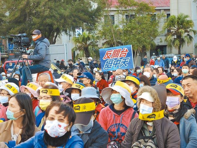中天開講5日在新竹舉行,許多民眾不畏低溫到場支持。(邱立雅攝)