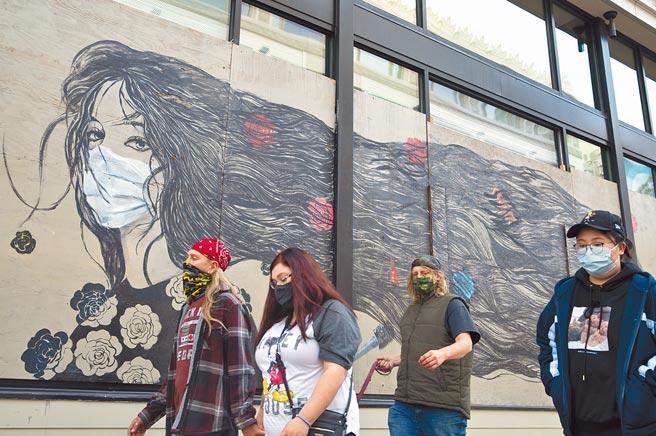 美國疾病控制和預防中心(CDC)4日表示,人們持續正確地配戴口罩對控制新冠病毒傳播至關重要。CDC敦促民眾「普遍配戴口罩」。圖為舊金山市民戴口罩出行。(中新社)