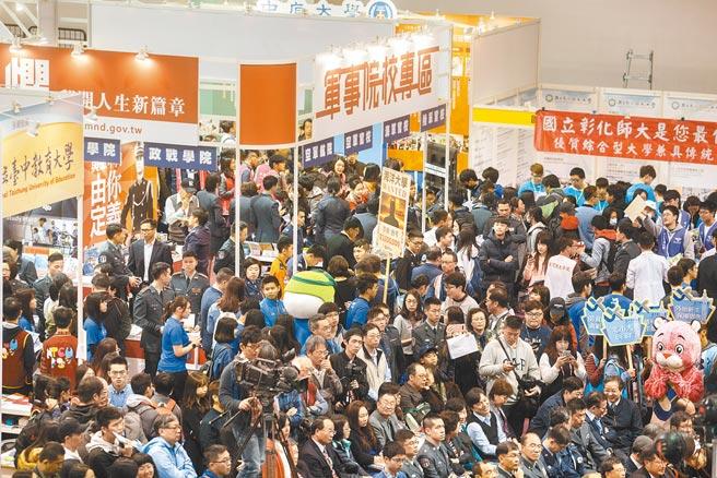 圖為大學博覽會盛況,學生及家長忙著收集學校相關資訊。(本報資料照片)