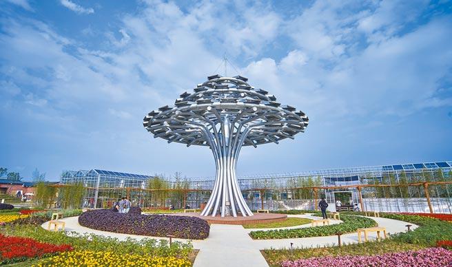 圖為2018年桃園農博的「生命樹」,當時是全台最大型的太陽能裝置藝術。(桃園市政府提供)