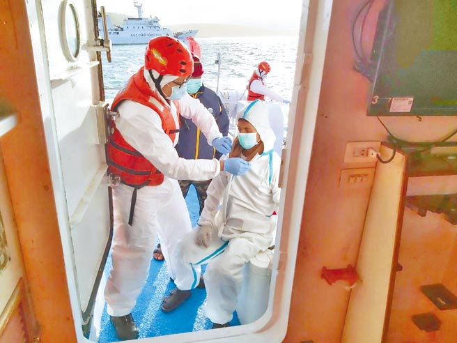 印尼漁工昏厥不適,海巡署艦隊分署獲報,派遣直屬船隊「巡護七號」8天急奔千浬救護。(艦隊分署提供/柯宗緯高雄傳真)