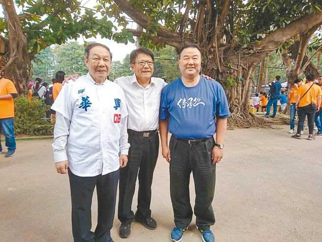 屏東縣長潘孟安(中)表示,屏東縣城市棒球隊預定明年1月成軍。左起為台灣體大校長林華韋、潘孟安、棒協副理事長趙士強。(廖德修攝)