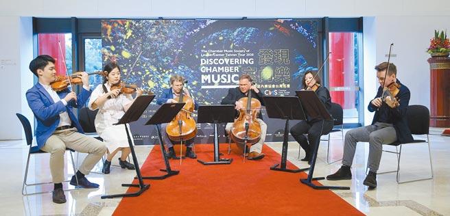 林肯中心室內樂協會(CMS)參與「發現·室內樂」計畫,現任聯合藝術總監吳菡率小提琴家林品任(左一)等旗下音樂菁英,2日起在台北國家音樂廳、高雄衛武營音樂廳演出。(黃世麒攝)