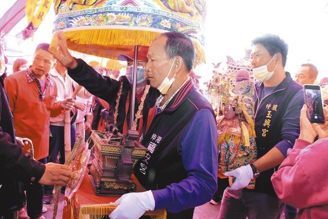 伸港福安宮昨天在送大爐的盛大儀式下,將聖大爐隆重送回福安宮正殿。(謝瓊雲攝)