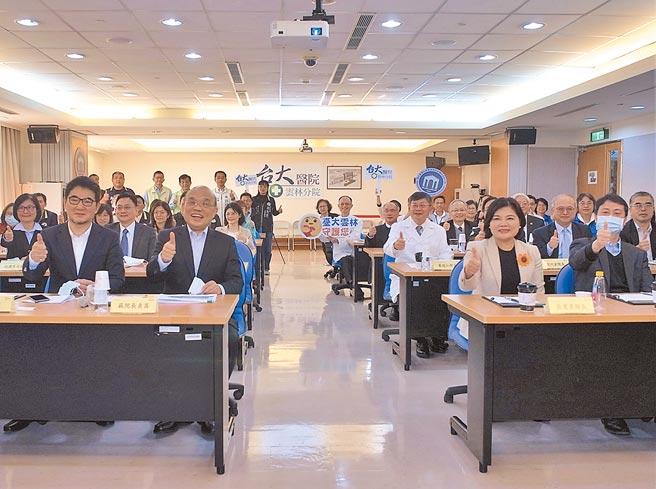 行政院长苏贞昌(前左二)全力支持在云林县虎尾镇设立「国家级高龄医学暨健康研究中心」。(张朝欣摄)